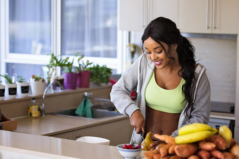 mujer prepara comida saludable